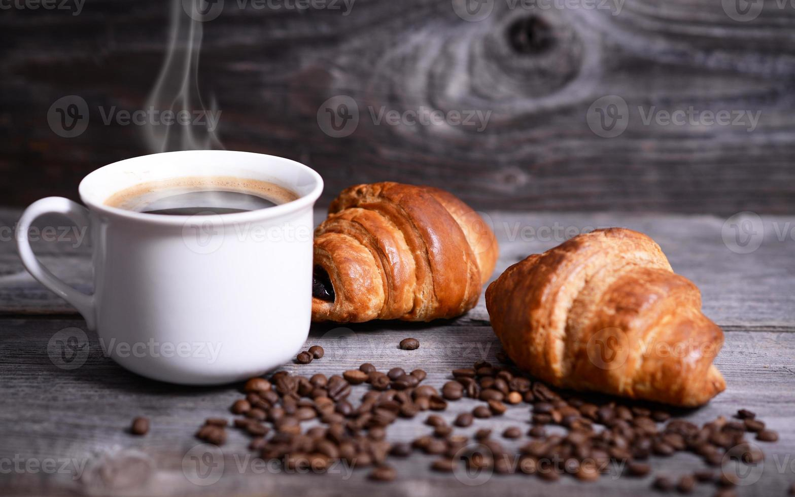 café e croissants frescos foto