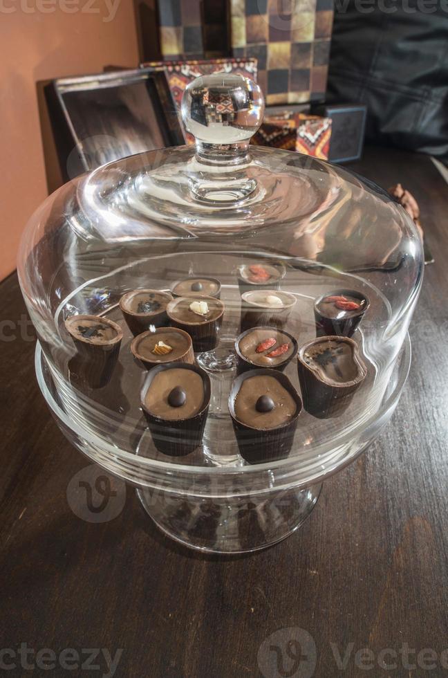 chocolates em um prato de vidro de luxo foto