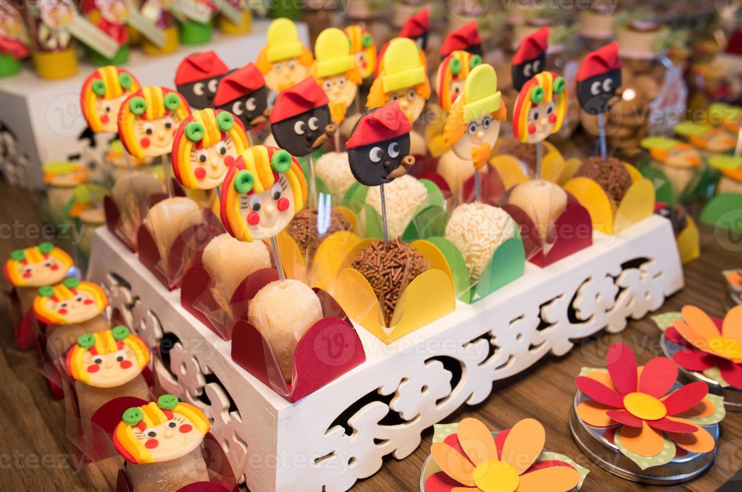doces coloridos para festa de aniversário de crianças foto