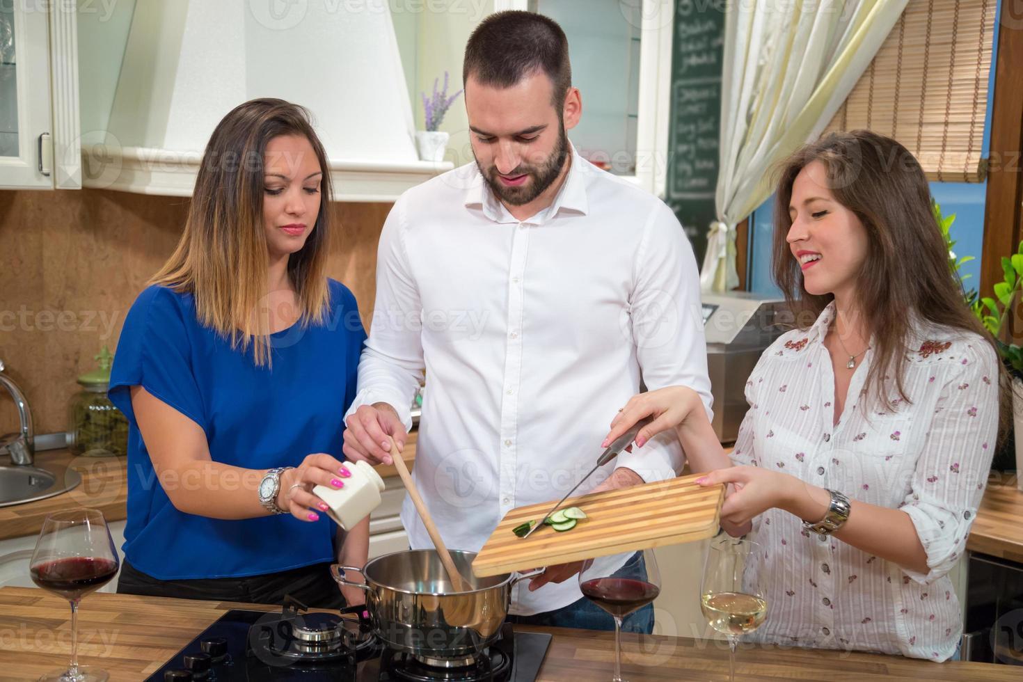 amigos cozinhando juntos. foto