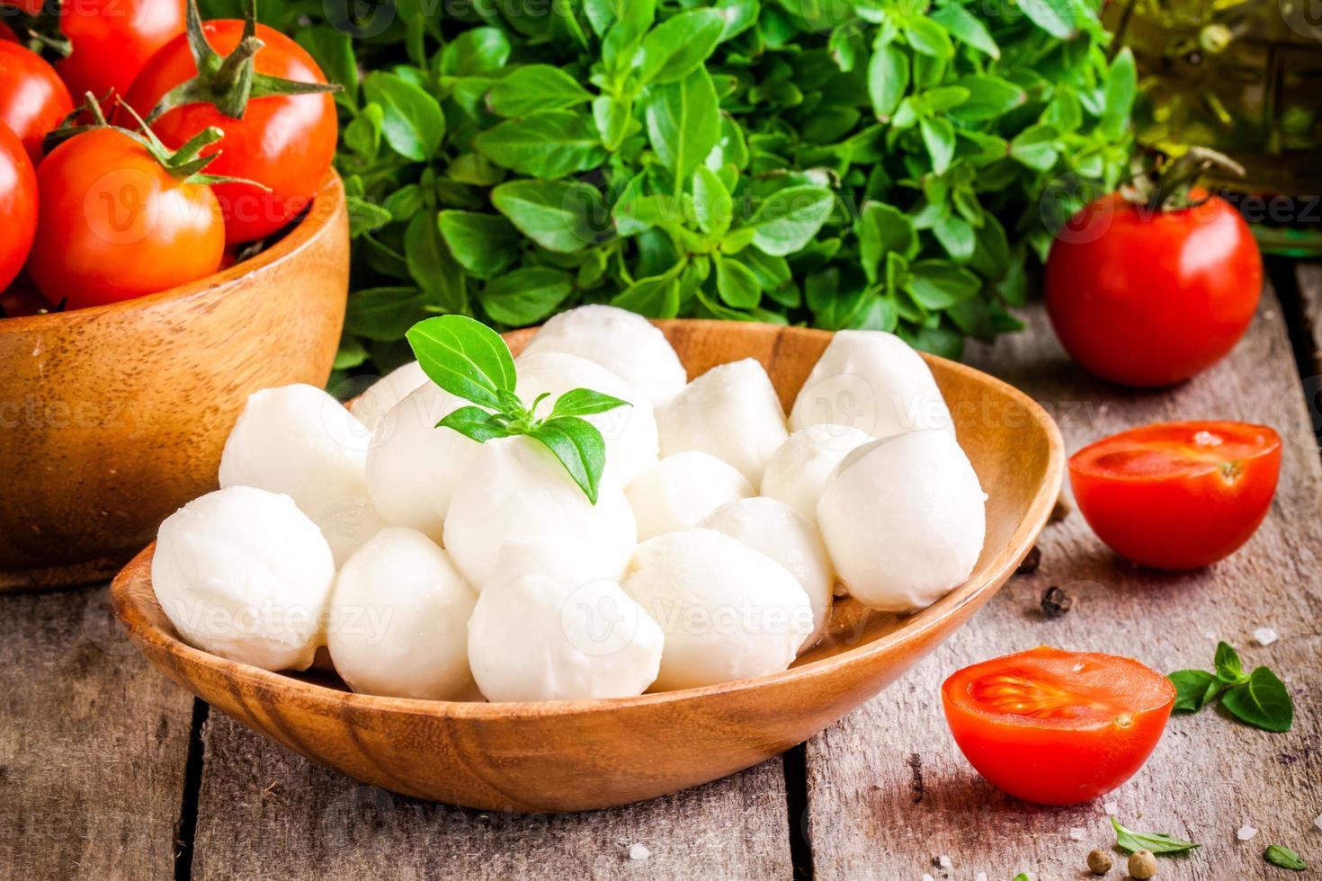 mussarela, tomate cereja orgânico e manjericão fresco foto
