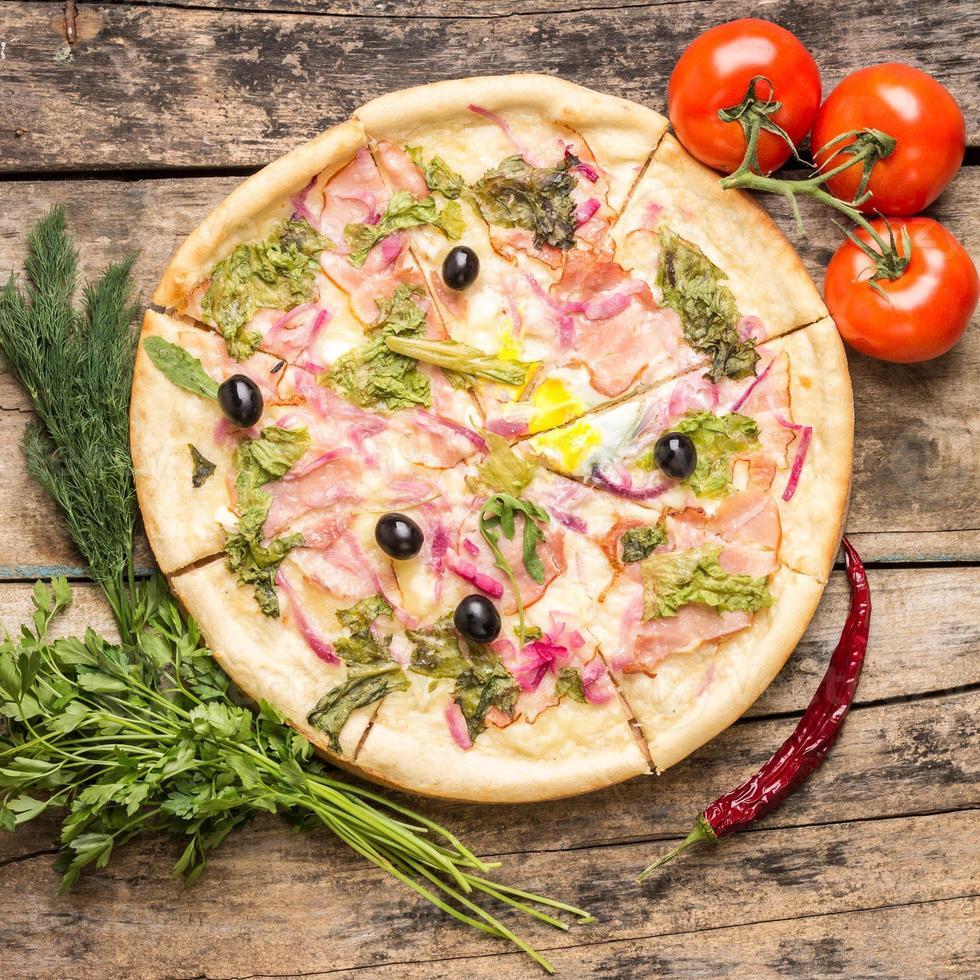 deliciosa pizza com ingredientes ao redor foto