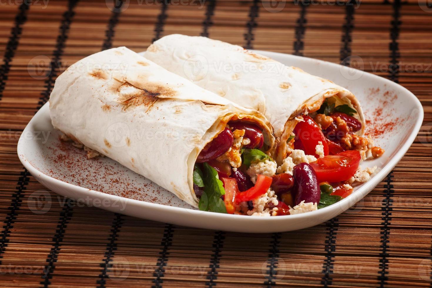 comida mexicana tradicional, burritos com carne e feijão, selectiv foto