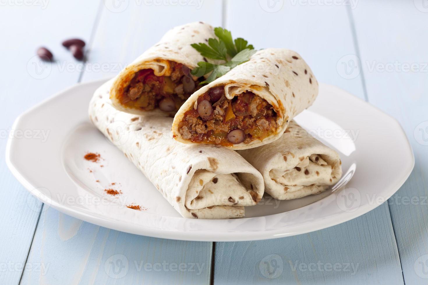 burritos com feijão e legumes foto