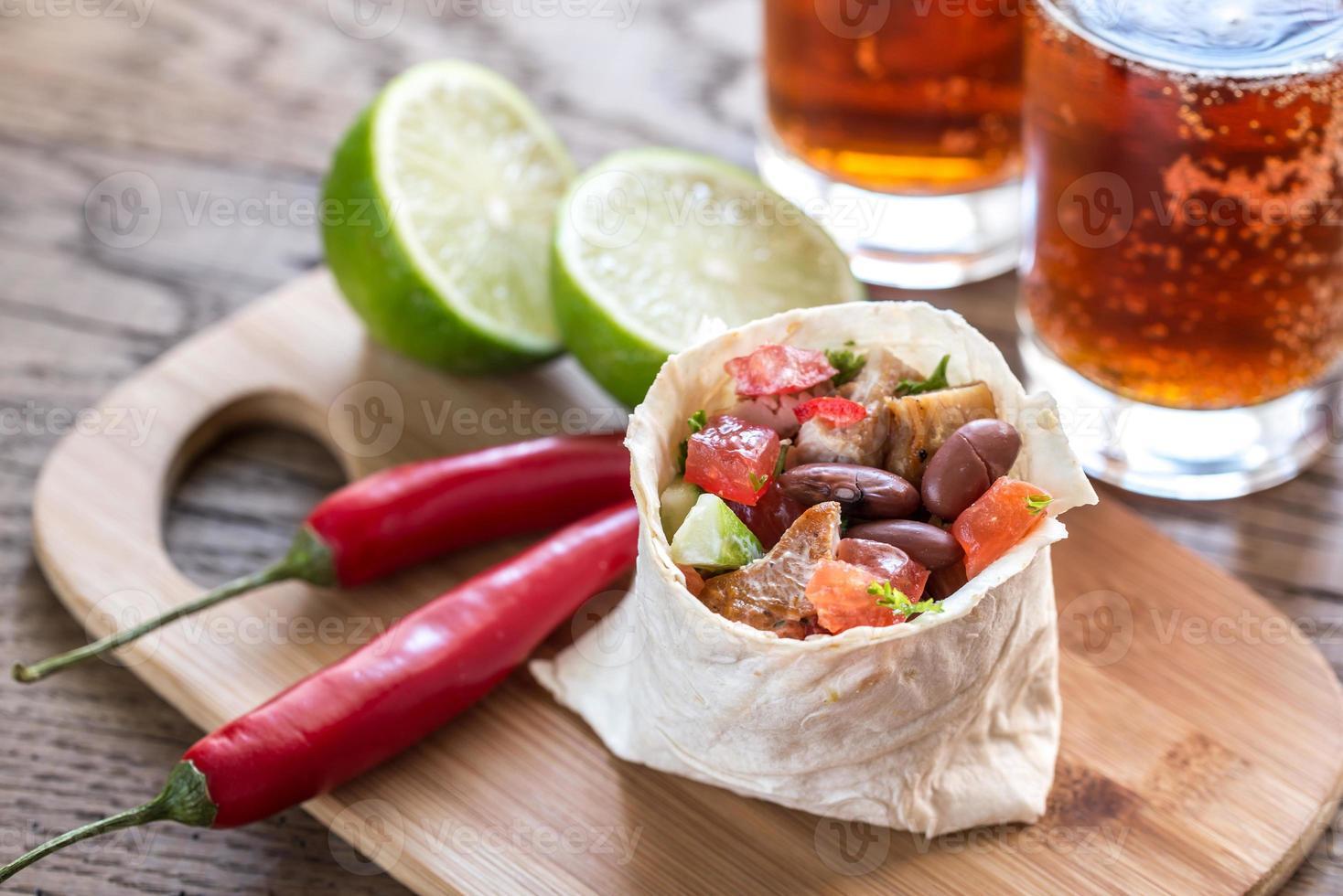 Burrito de frango com copos de cerveja foto