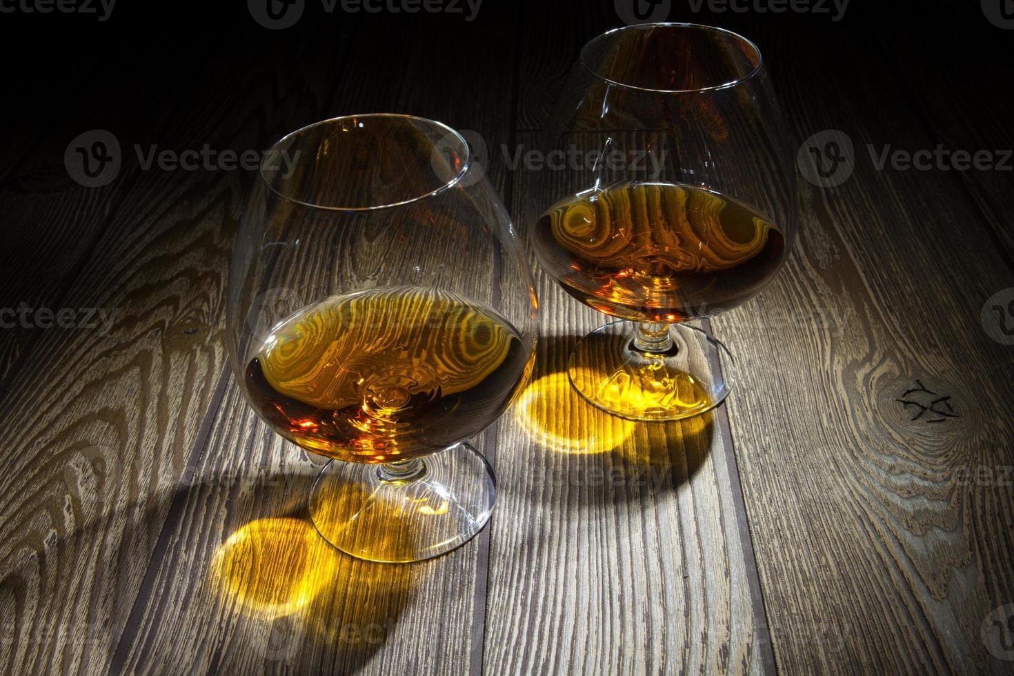 dois copos de conhaque foto