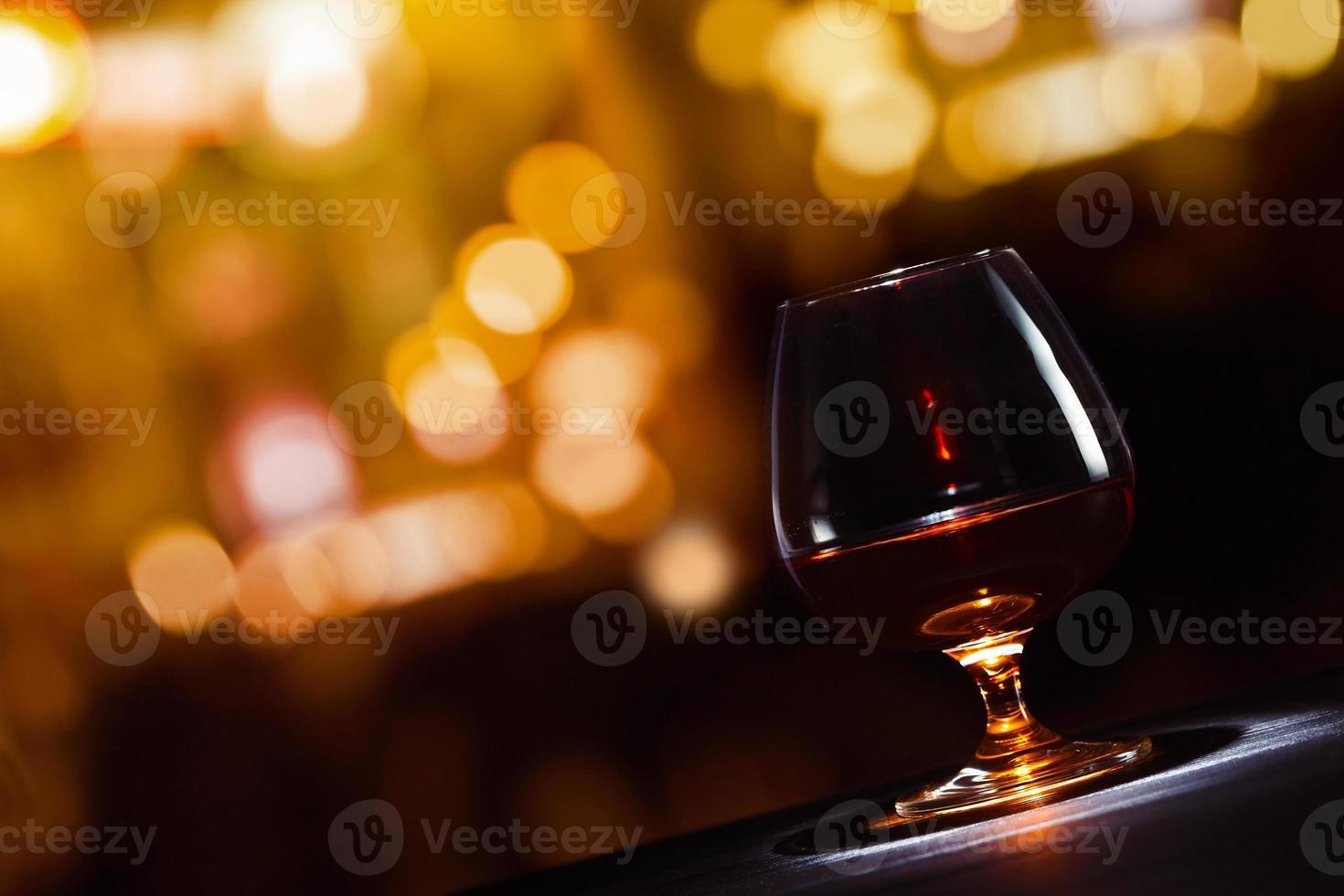 copo de conhaque com conhaque foto