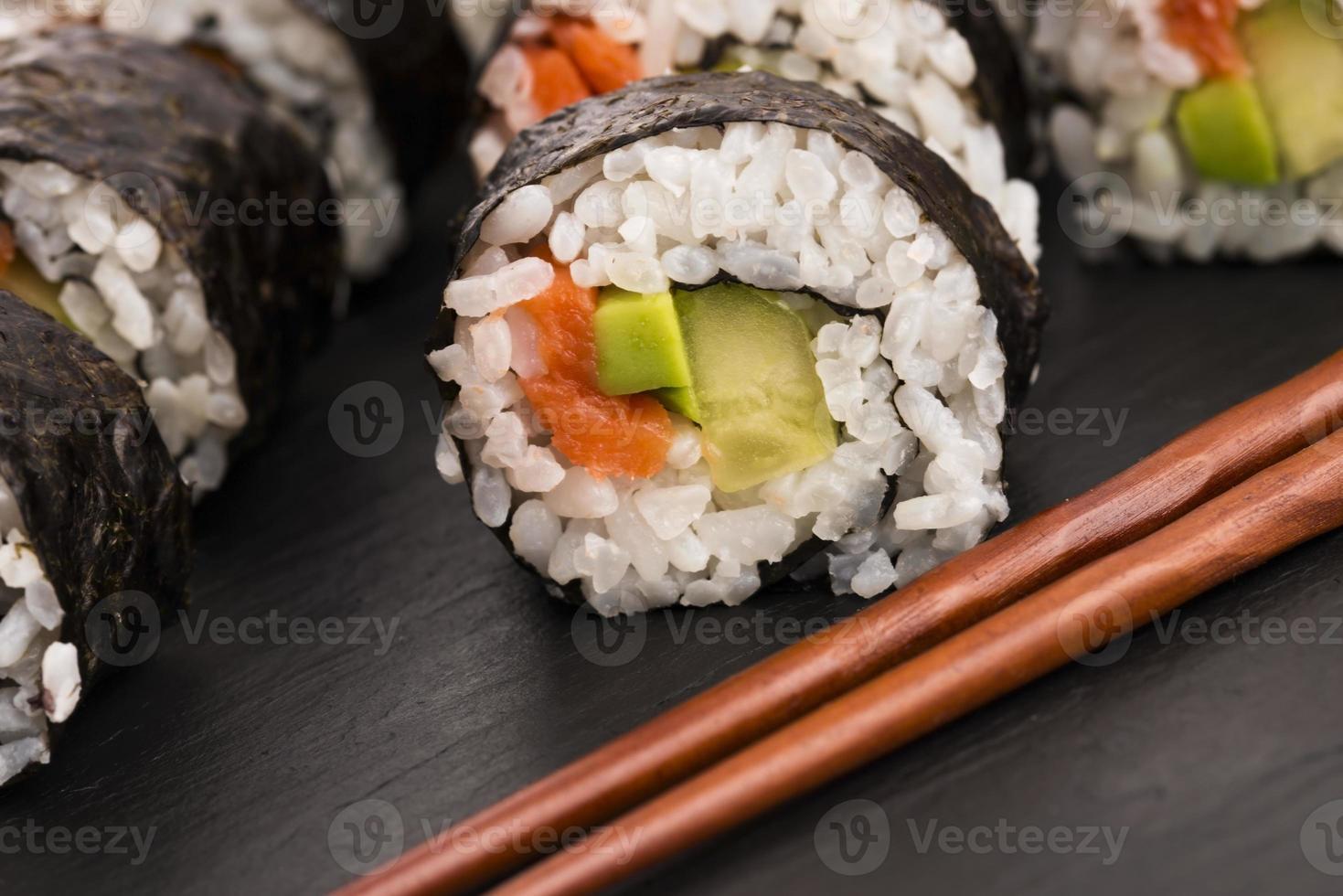 rolos de salmão servidos em um prato foto