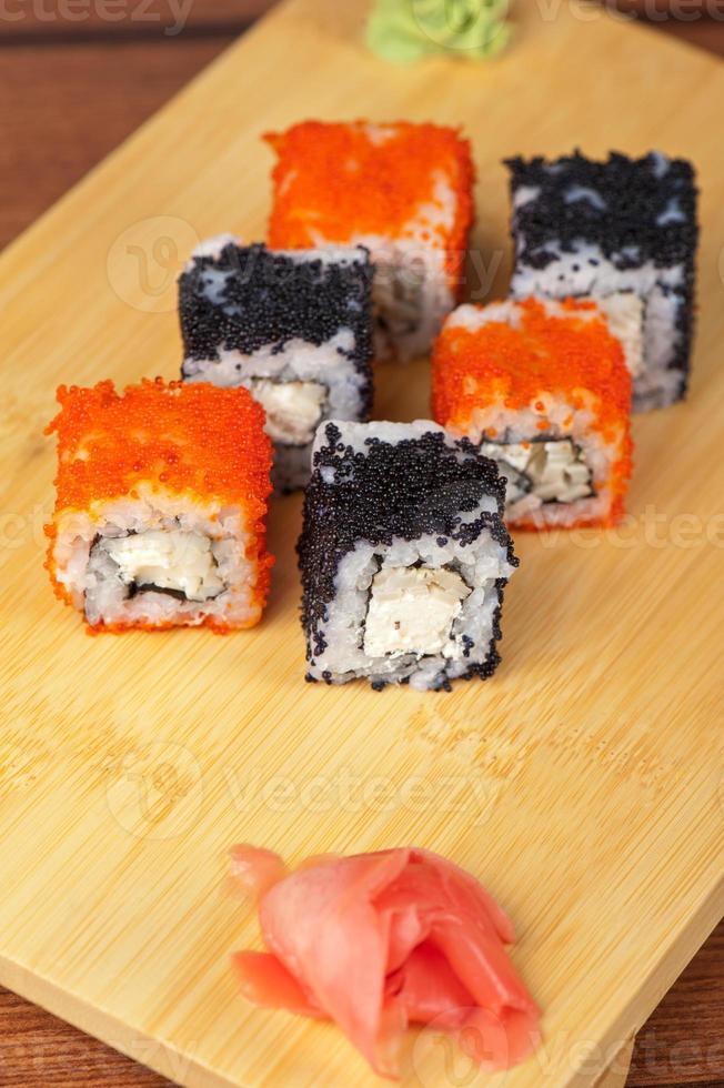 rolos de sushi tobico foto