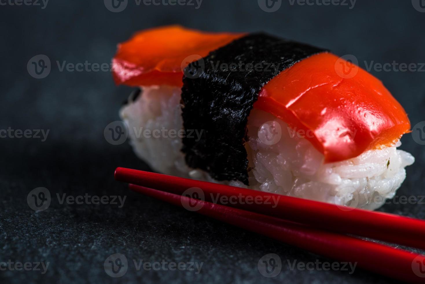 sushi japonês com pauzinhos foto