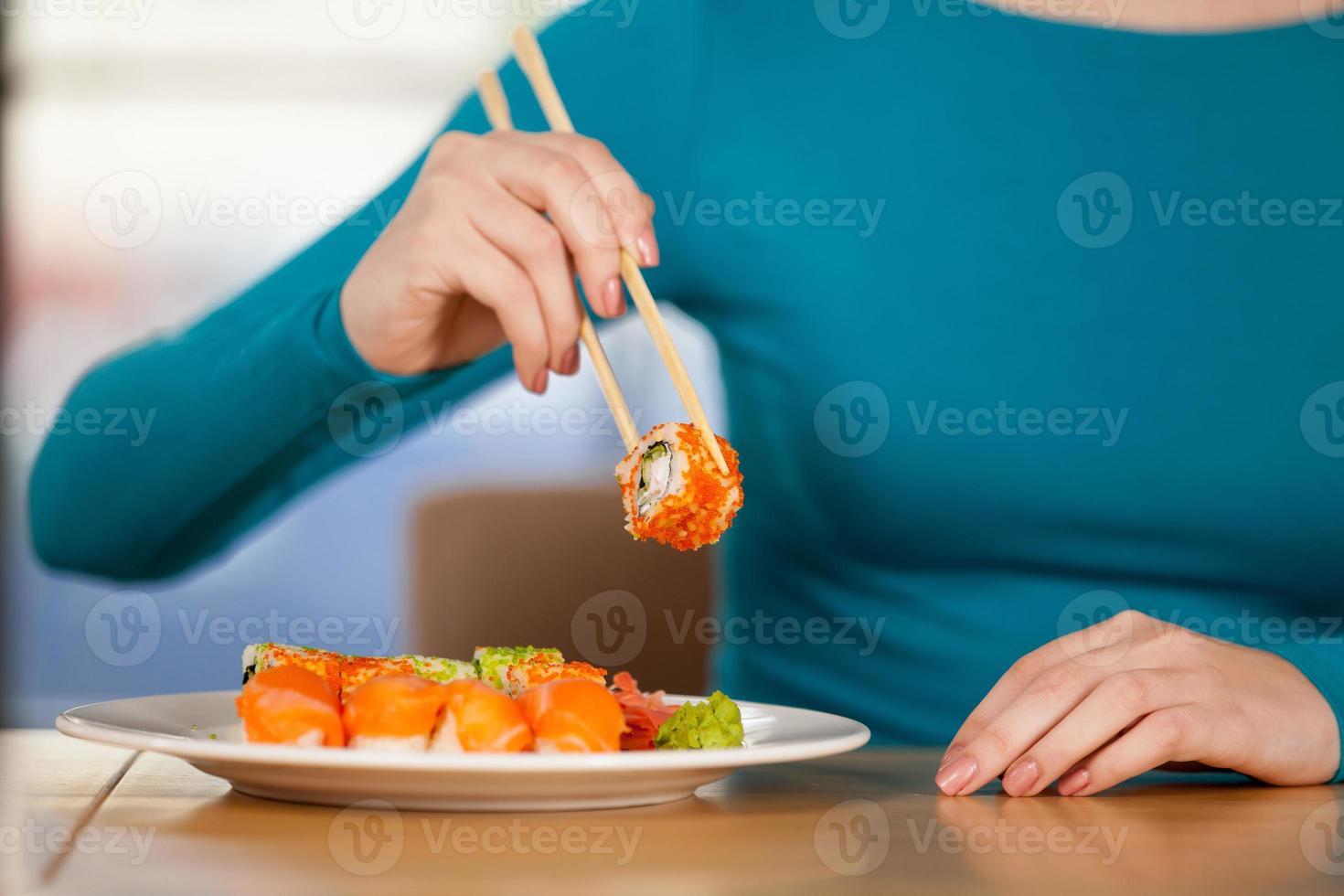comendo sushi foto