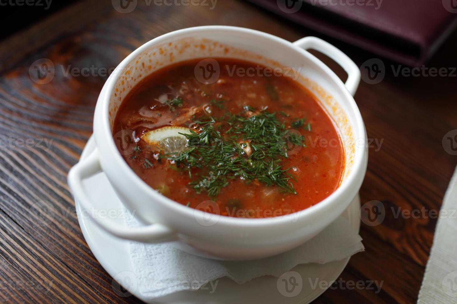 prato de sopa de beterraba foto