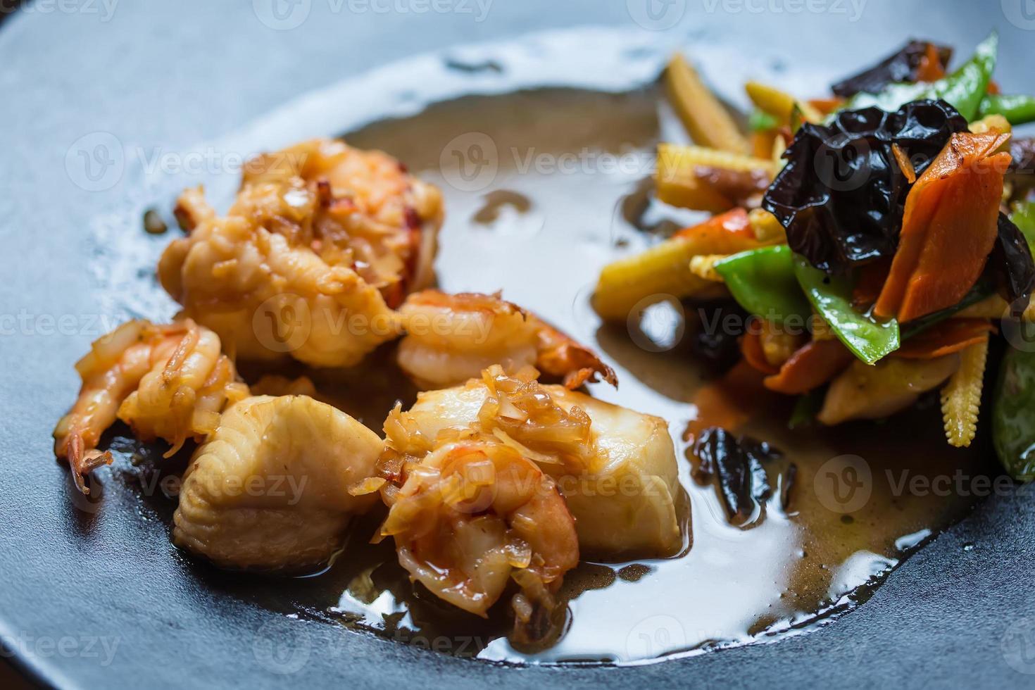 cozinha japonesa - ebi tempura com legumes foto