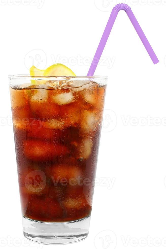 cola bebida com cubos de gelo e limão fatiado. foto