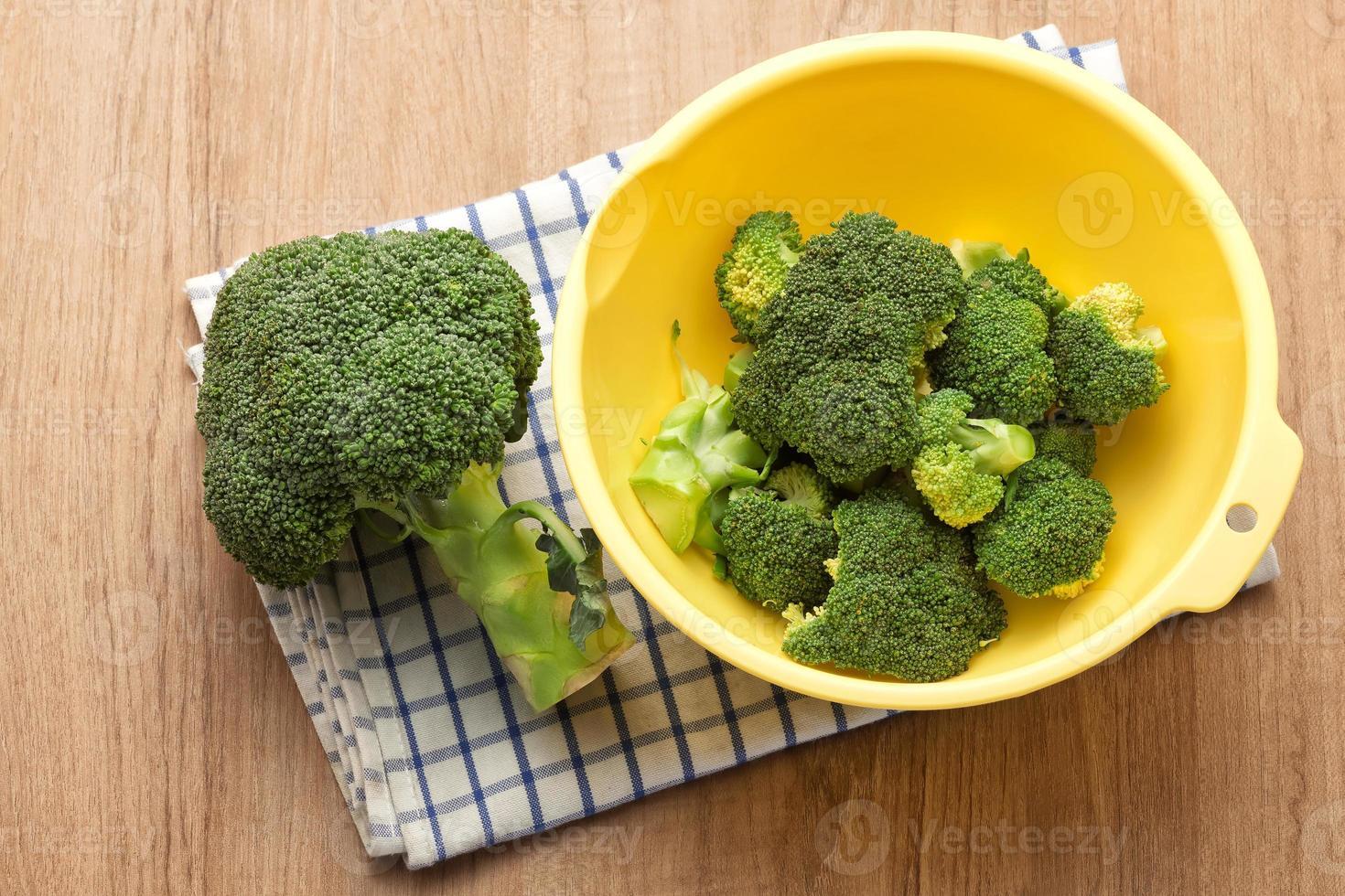 brócolis na tigela foto