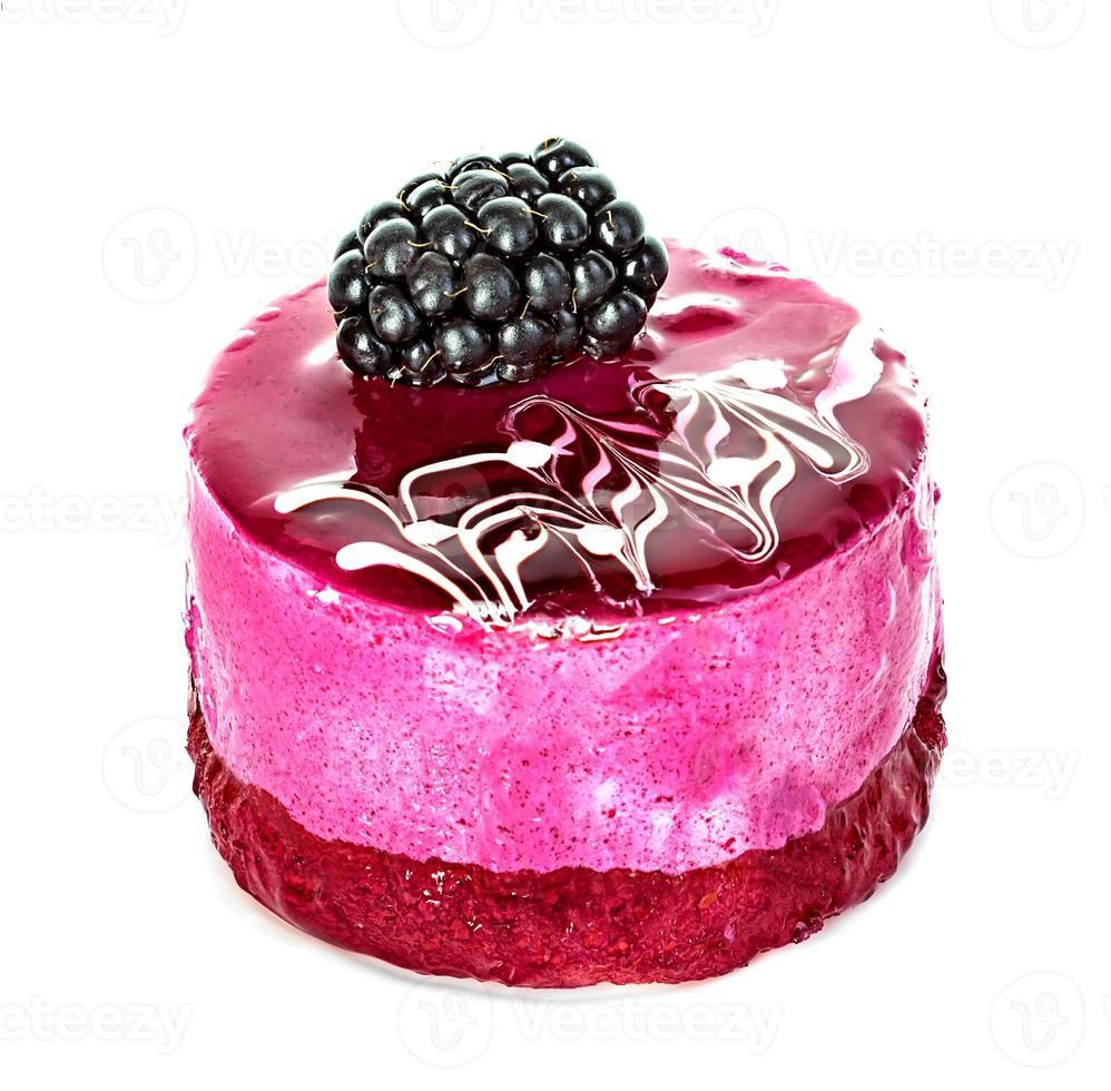bolo suflê rosa isolado no fundo branco foto