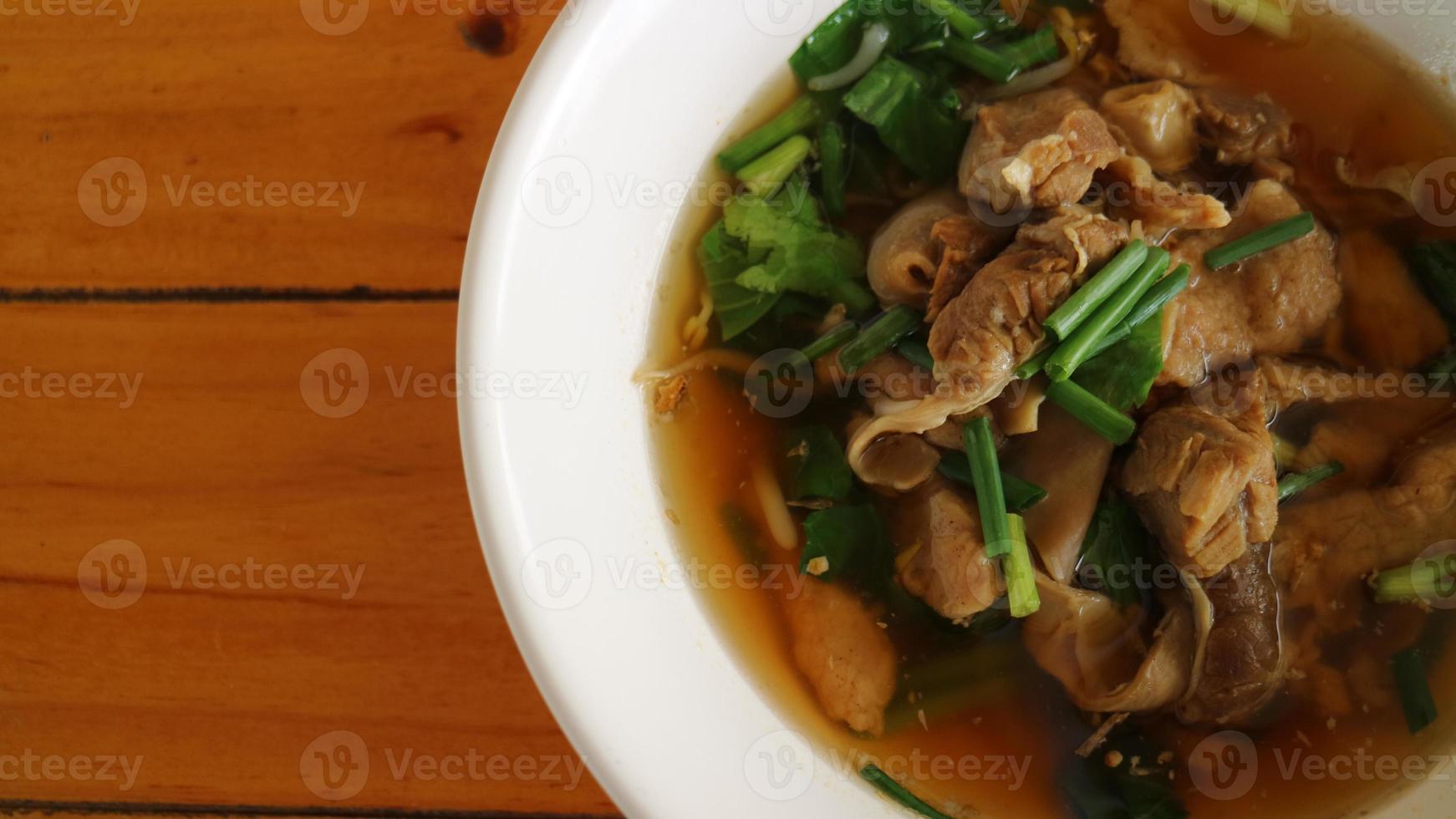 macarrão de porco em estilo asiático sopa foto