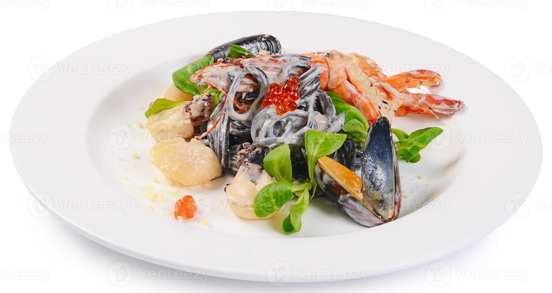o espaguete preto com frutos do mar closeup foto