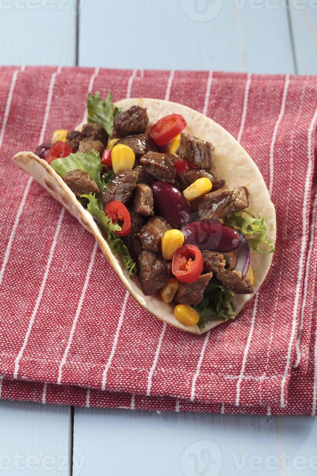 taco com carne e legumes foto