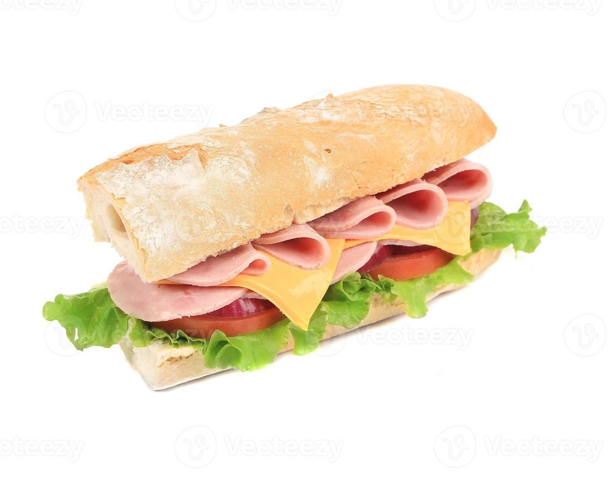 sanduíche de baguete recém cortada. foto
