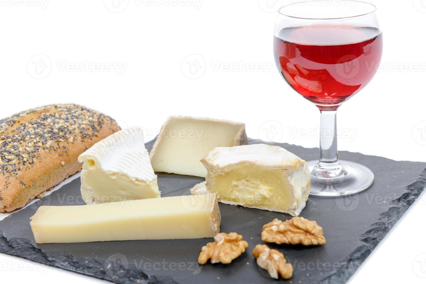 queijos franceses na ardósia com pão e nozes foto