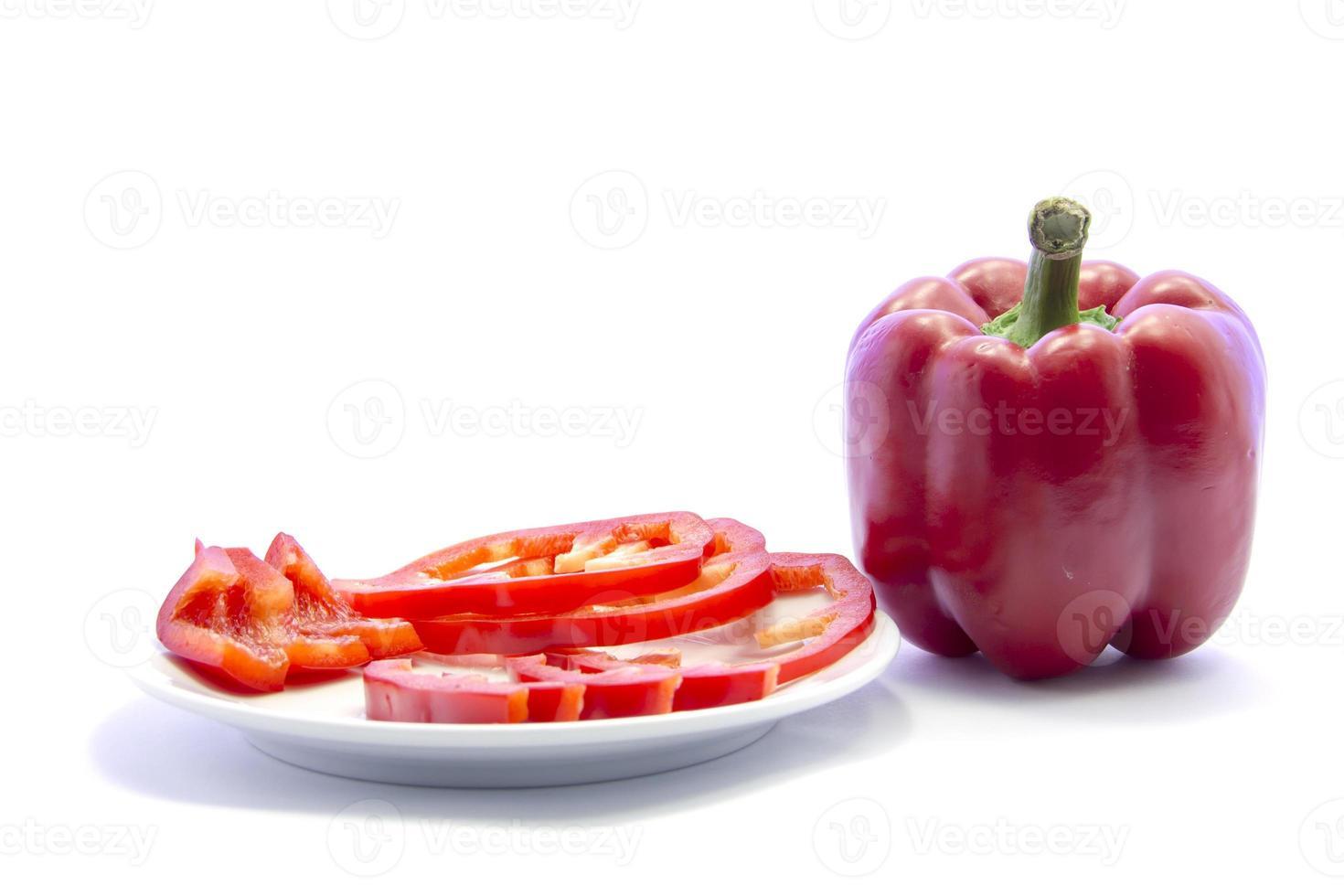 ingrediente de cozinha fatiado diferente de pimentão vermelho sino com companheiro cru foto