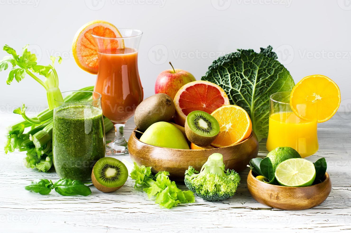 vitaminas frescas, suco cítrico e batido com ingredientes horiz foto