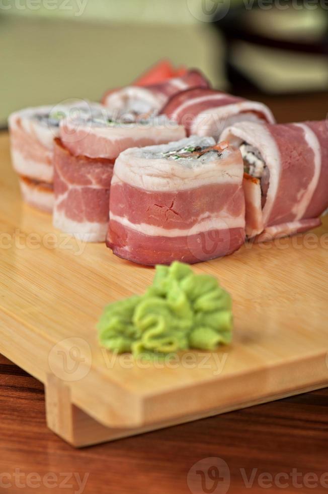 rolo de sushi com bacon foto