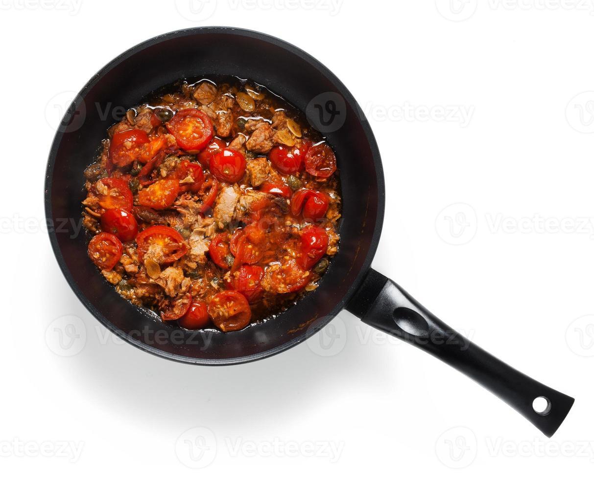 molho com atum, alcaparras e tomate cereja. para cozinhar spaghet foto