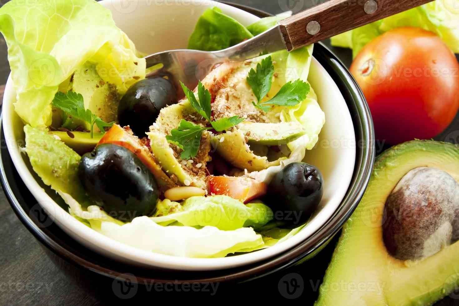salada saudável com legumes e sementes foto