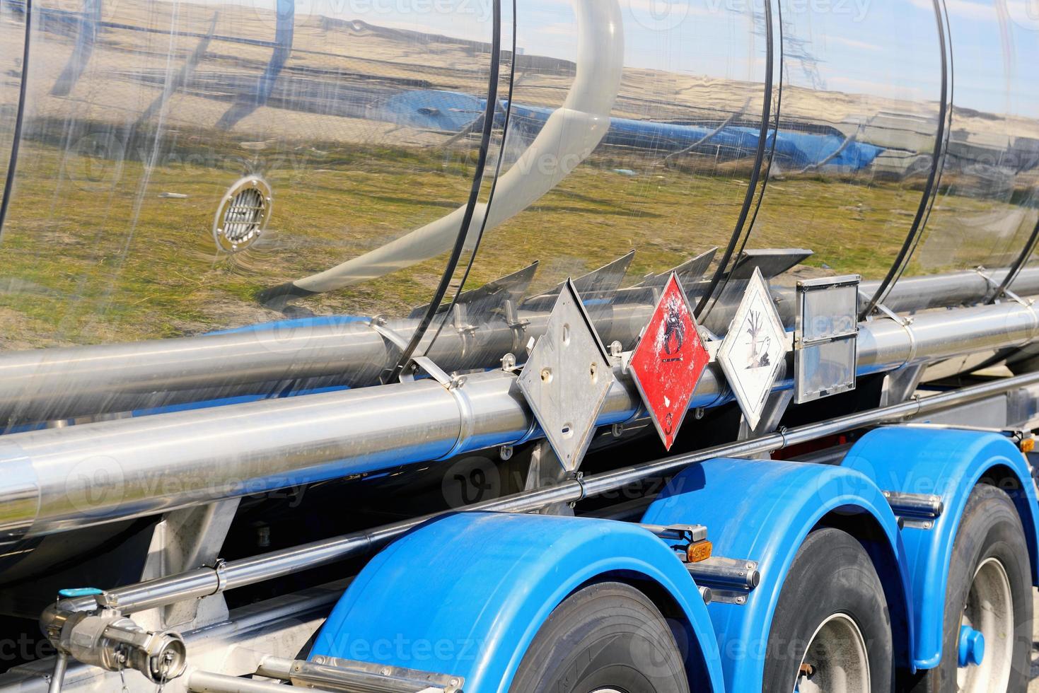 sinal de aviso vermelho no lado do tanque de combustível metálico foto