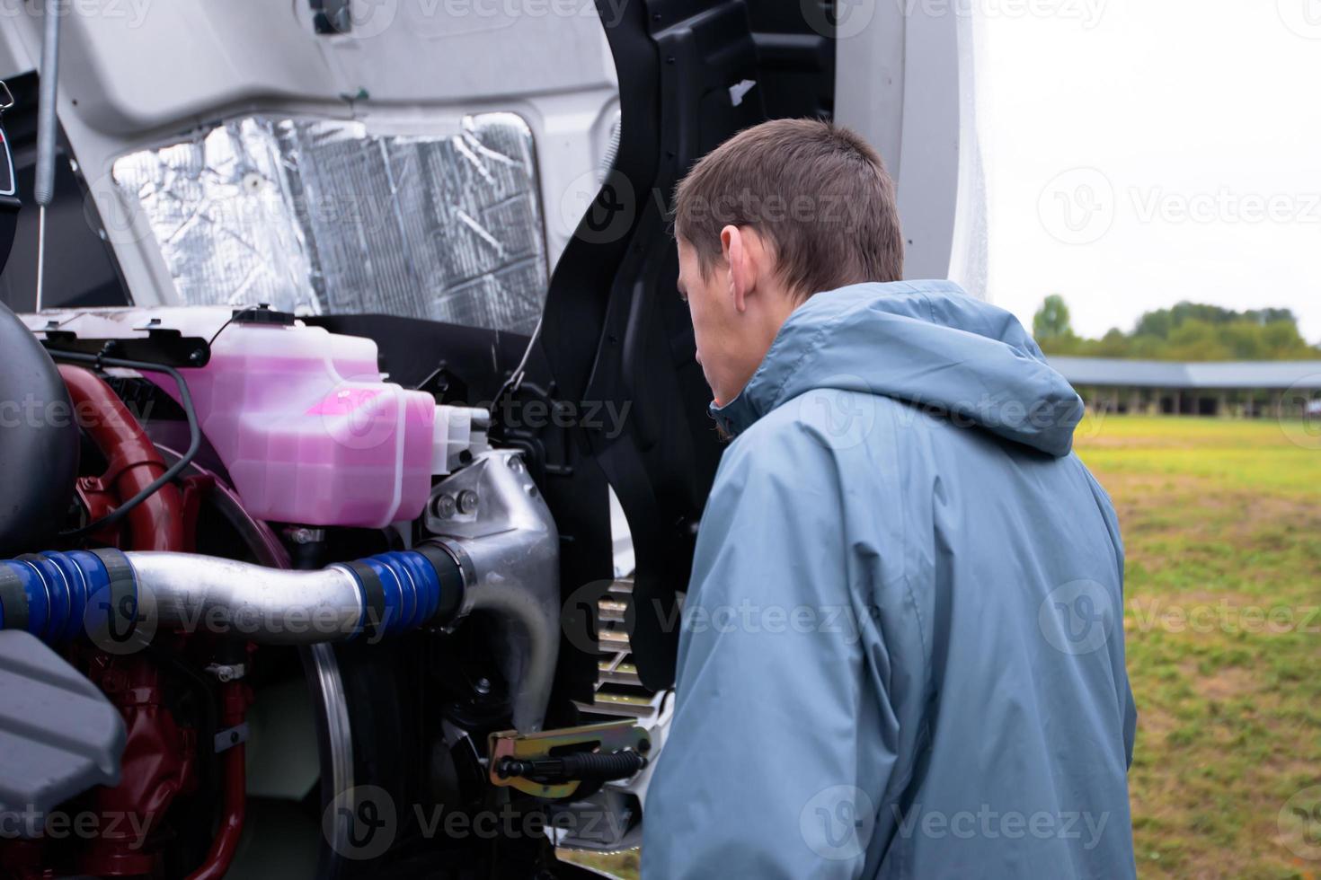 motorista de caminhão verificar motor semi caminhão antes de dirigir caminhão semi foto
