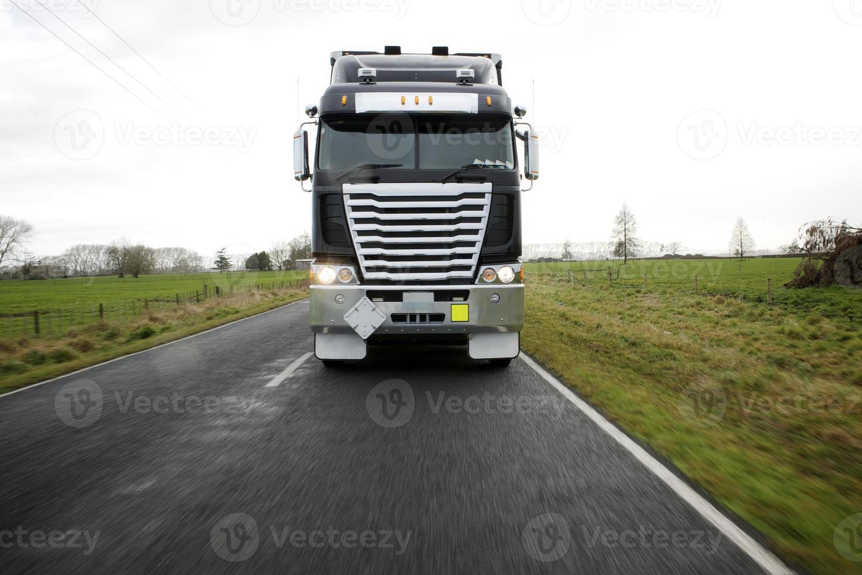 frente de caminhão de carga na foto