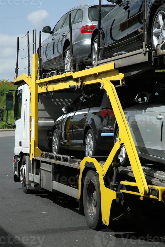 semi-reboque com carros. transporte rodoviário. foto