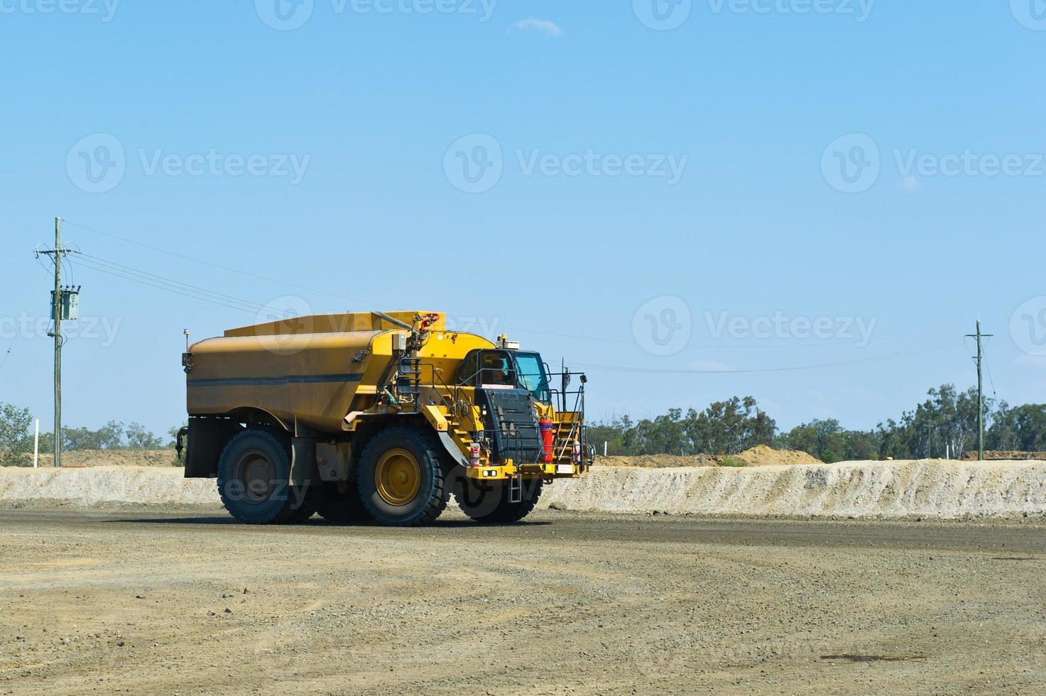 tanque de água / supressão de poeira de caminhão no canteiro de obras foto