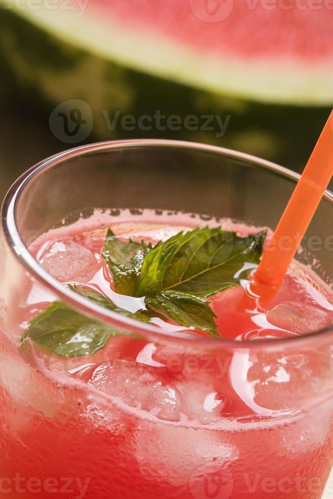 suco de melancia espremido na hora com cubos de hortelã e gelo foto