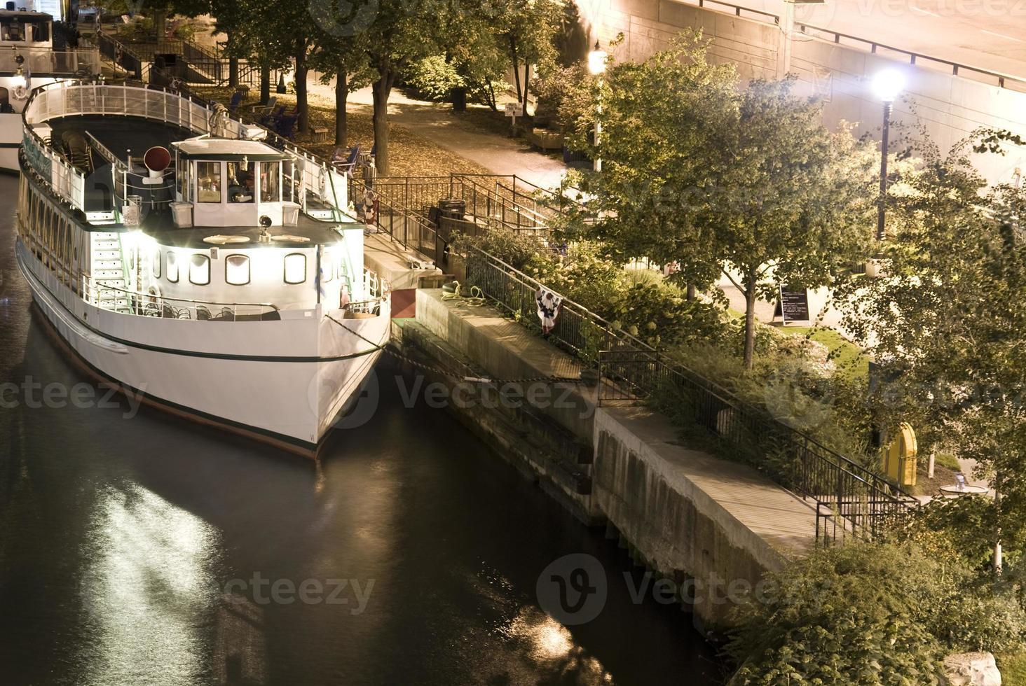 barco no rio chicago no meio da noite foto