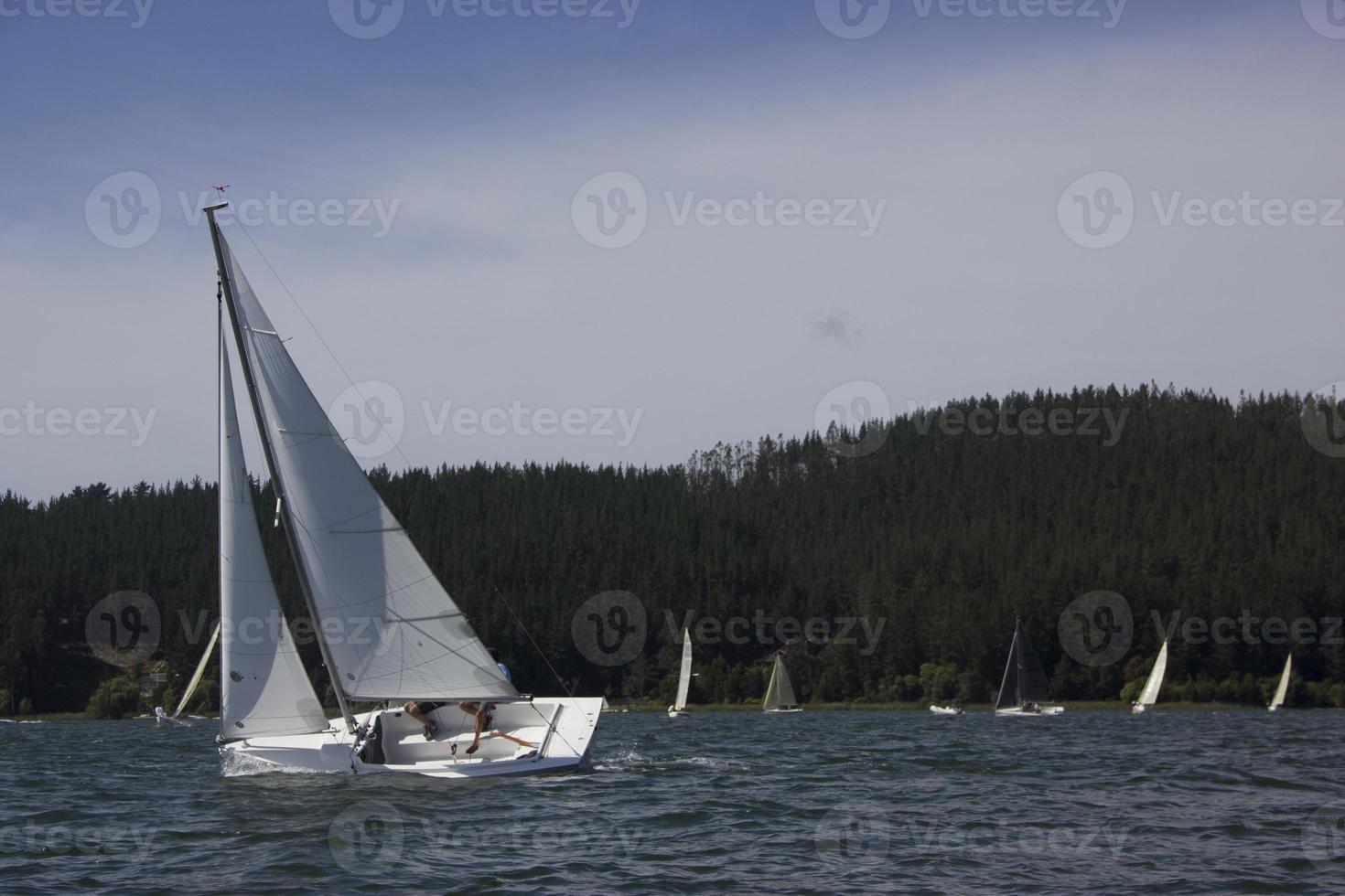 barco à vela, vida no lago em vichuquen chile foto