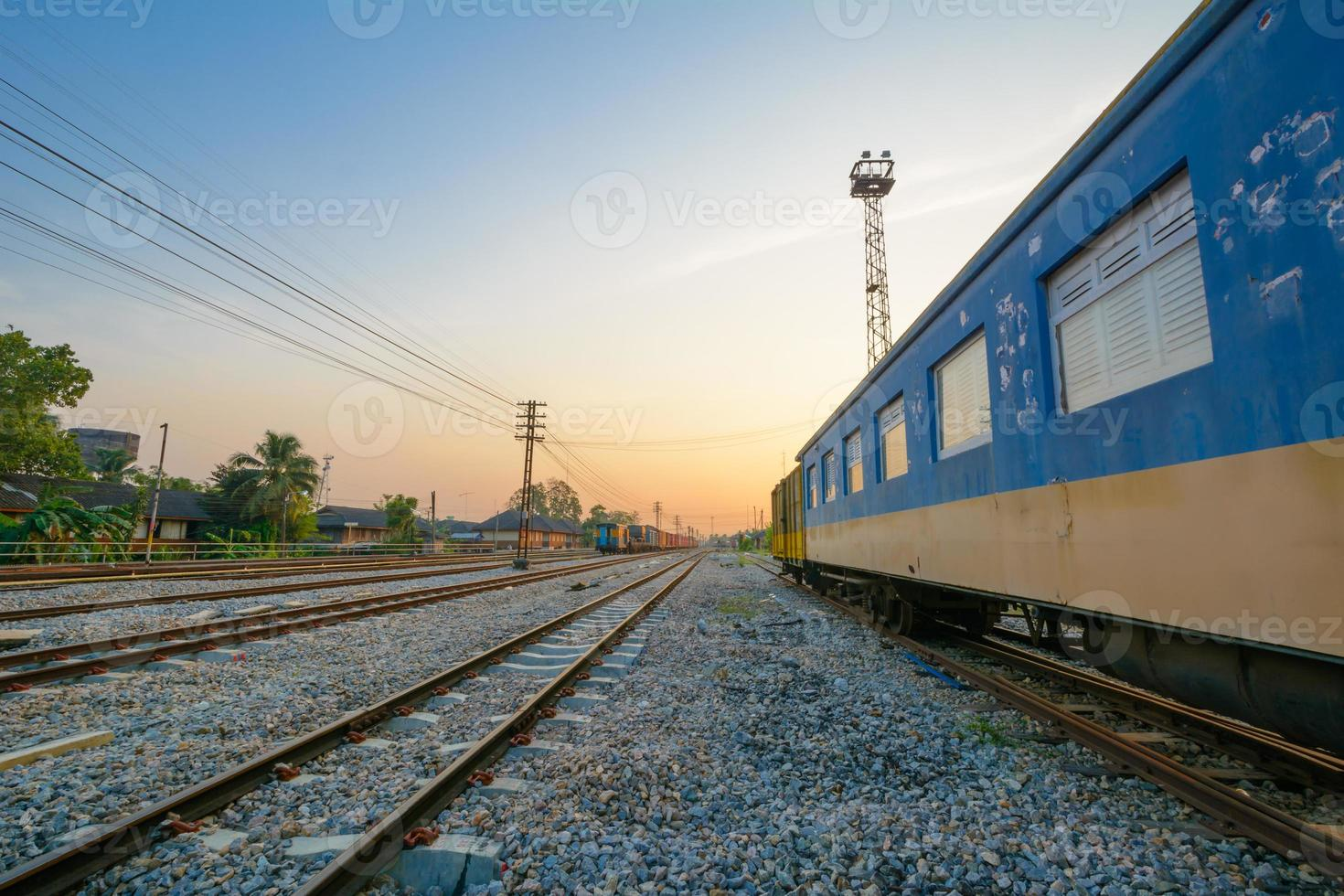 trilhos de trem e vagão de trem foto