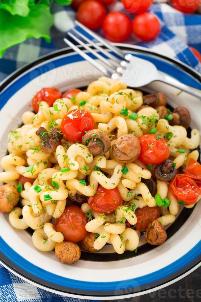macarrão com cogumelos assados e tomate cereja foto