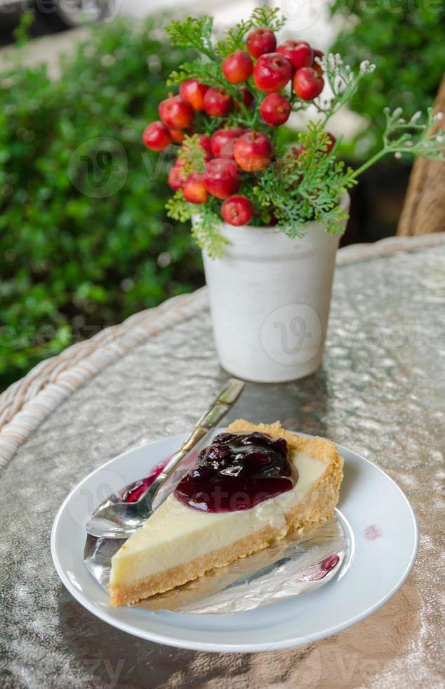 cheesecake de sobremesa com molho de frutas foto