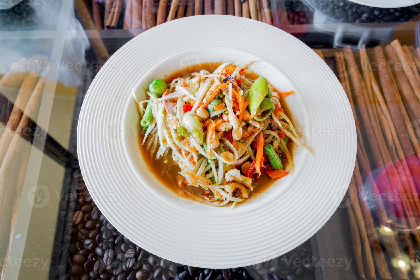 salada de papaia tailandesa, som tum. foto