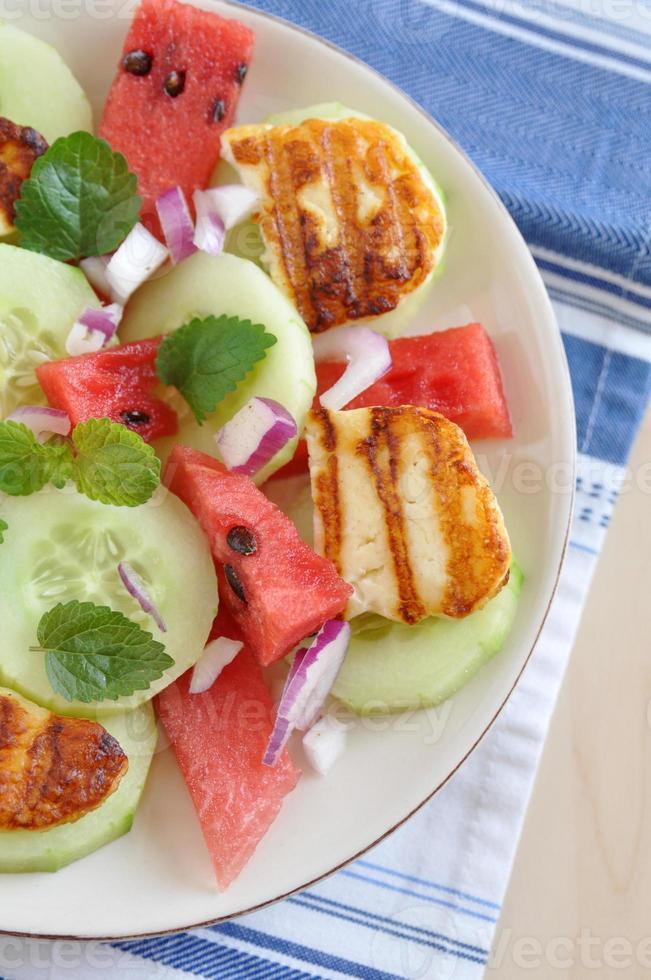 salada de melancia com queijo halloumi grelhado foto