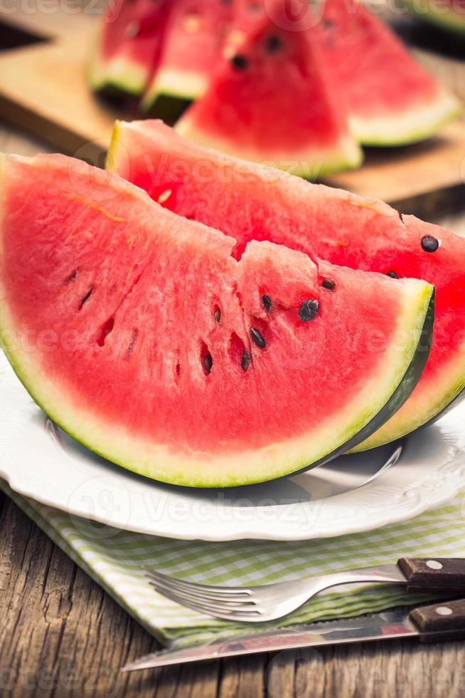 fatias de melancia no prato foto