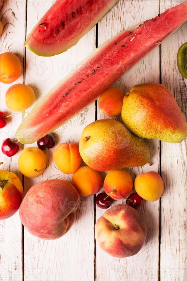 duas peras e outras frutas foto