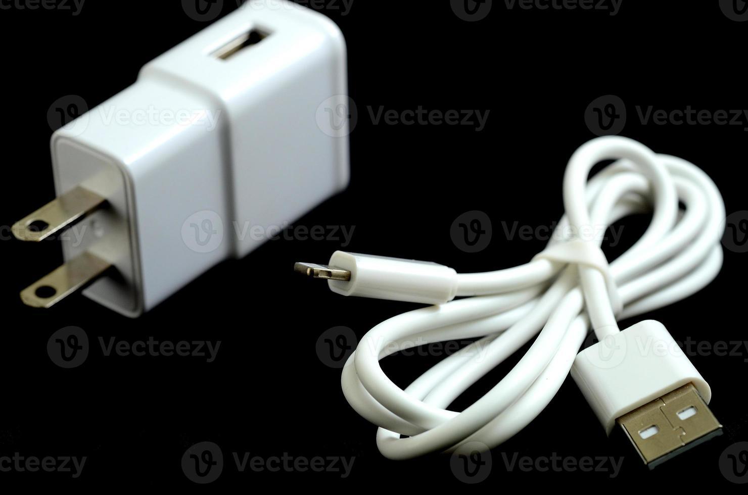 carregador de celular isolar em preto foto