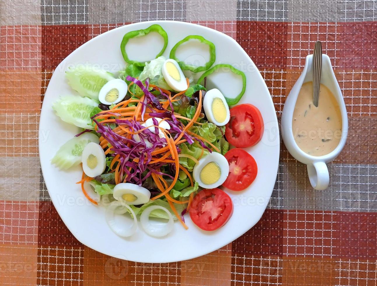salada de legumes mista e ovo foto