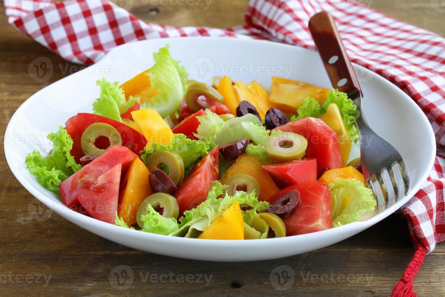 salada de tomates e azeitonas coloridas foto