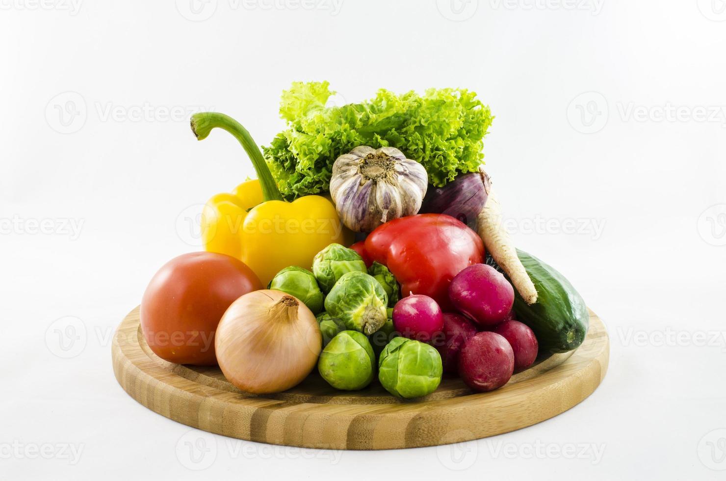legumes frescos na placa de madeira foto