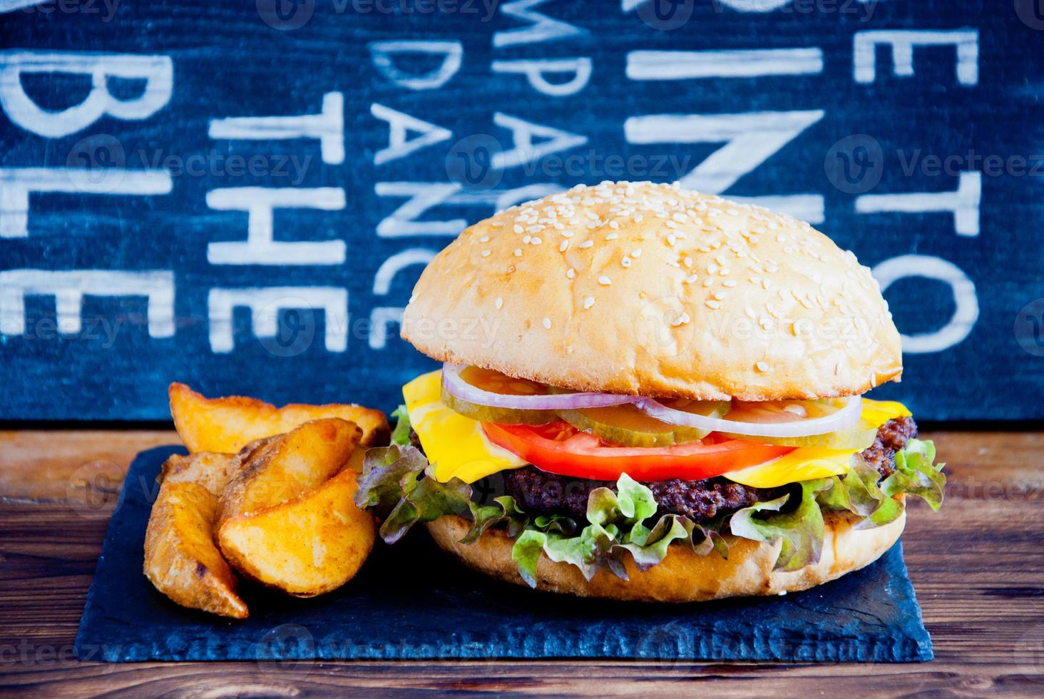hambúrguer caseiro e batatas fritas foto